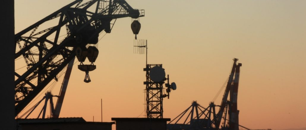 Une plateforme pétrolière au coucher du soleil.
