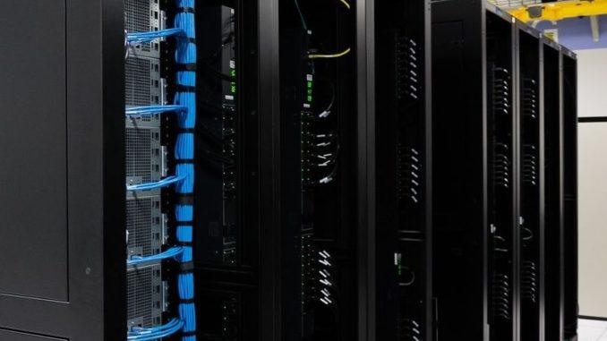 Un data center avec des serveurs.