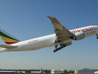 Un avion cargo d'Ethiopian Airlines décollant d'un aéroport.