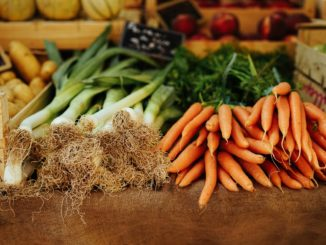 Des légumes sur une table au marché.