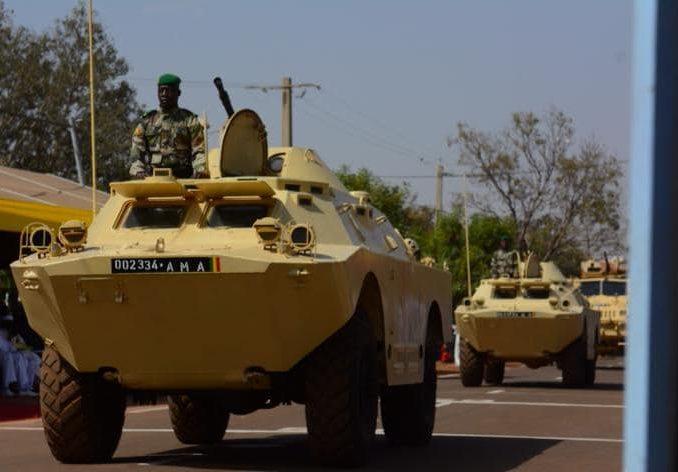 Des blindés de l'armée malienne, lors d'un défilé militaire.